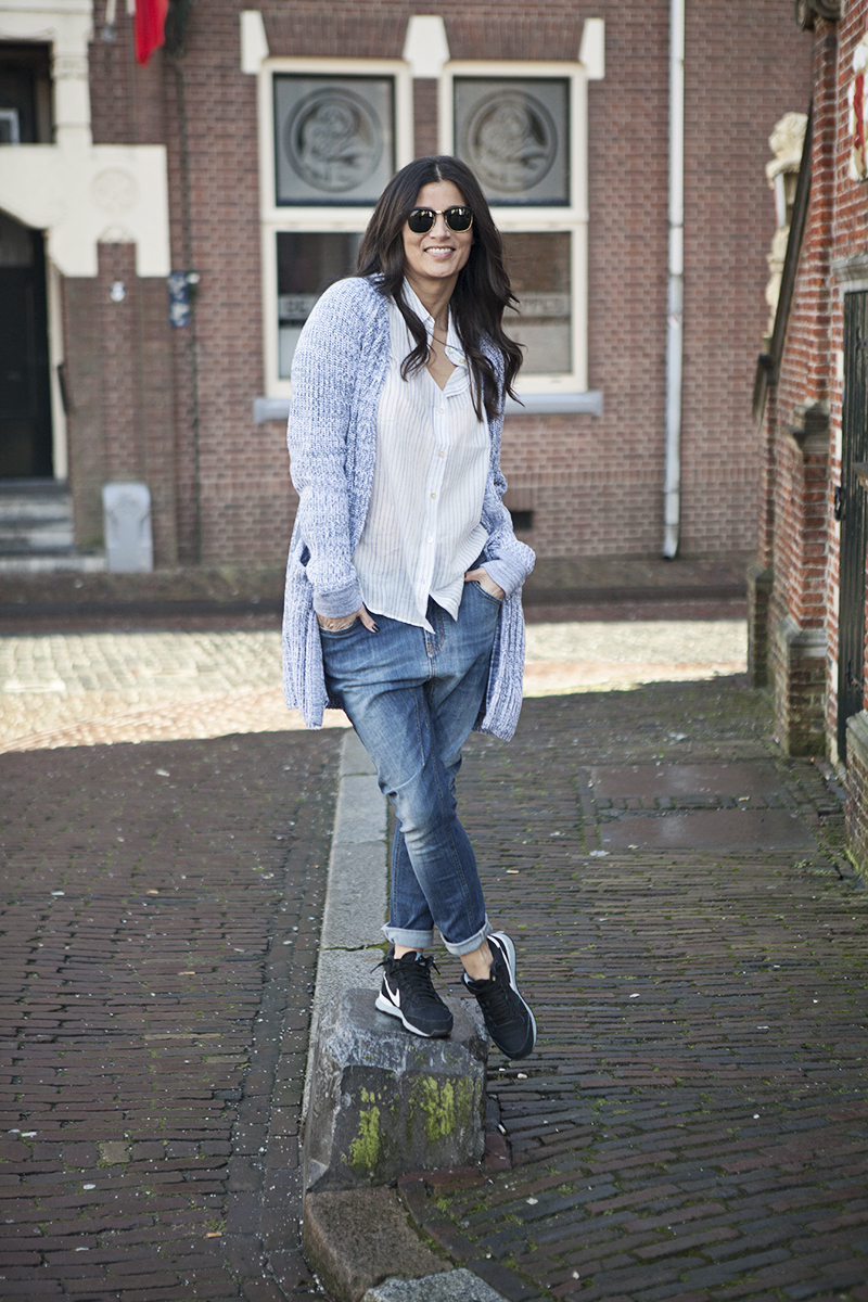 street shot blue baggy jeans shirt cardigan Nike internationalist mid Ray-Ban Clubmaster BlogForShops
